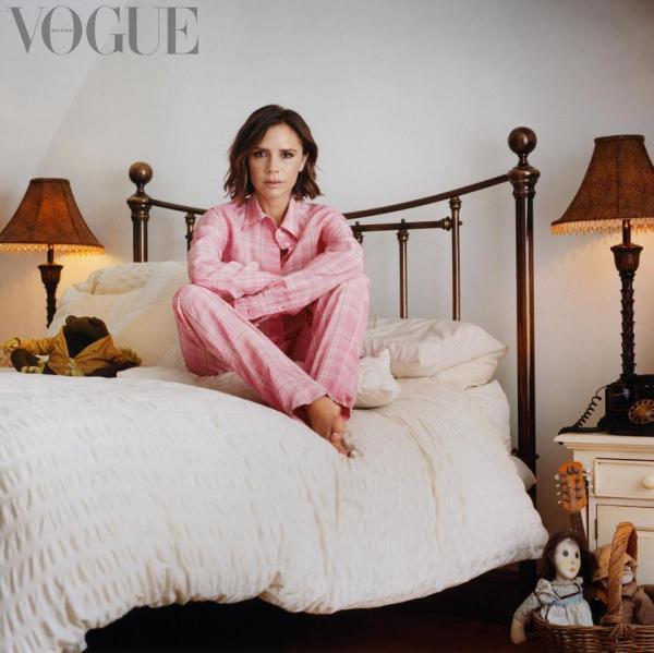 Спящая «перчинка» — Виктория Бэкхем позирует на своей детской кровати