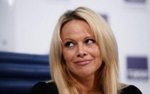 Памела Андерсон продолжает защищать Джулиана Ассанжа